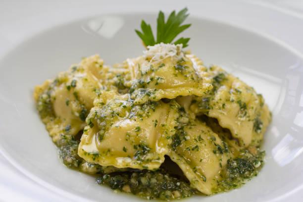 italienische ravioli gefüllt mit ricotta-käse und pesto - ricotta stock-fotos und bilder
