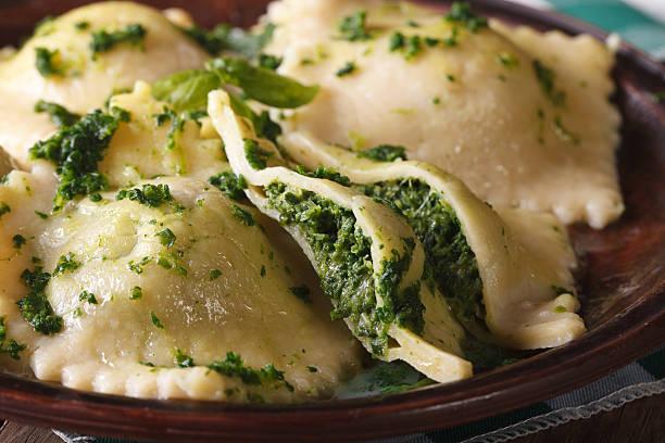 italienische ravioli gefüllt mit spinat und käse-makro - ricotta stock-fotos und bilder