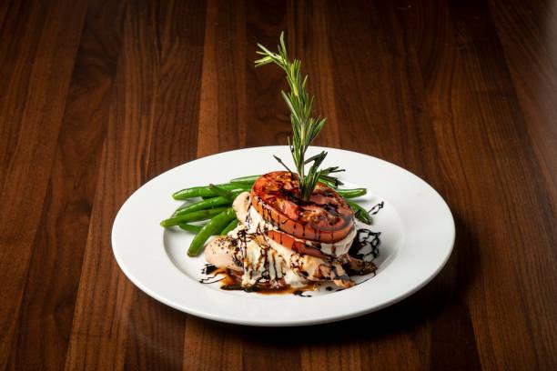 İtalyan restoran yemek tavuk Caprese stok fotoğrafı
