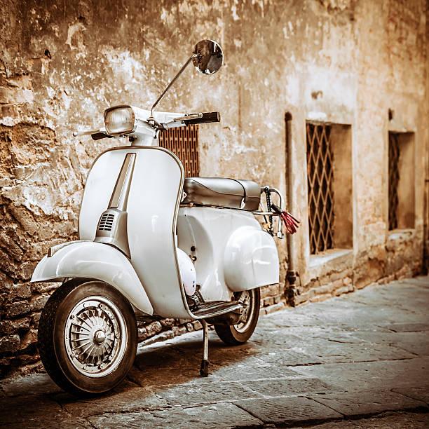 scooter italiana en grungy alley, vintage estado de ánimo - vintage vespa fotografías e imágenes de stock