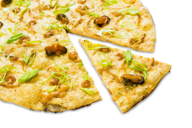 italienischer meeresfrüchte pizza isoliert auf weißem hintergrund - low carb pizzateig stock-fotos und bilder