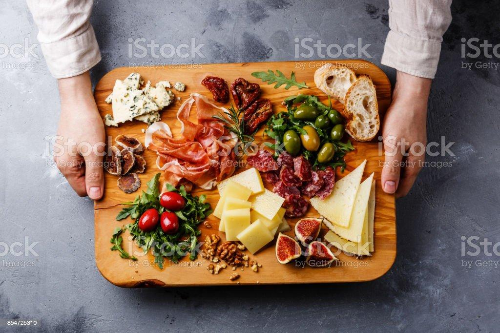Italiaanse hapjes eten met Ham, kaas, olijven en zongedroogde tomaten, worst en brood foto