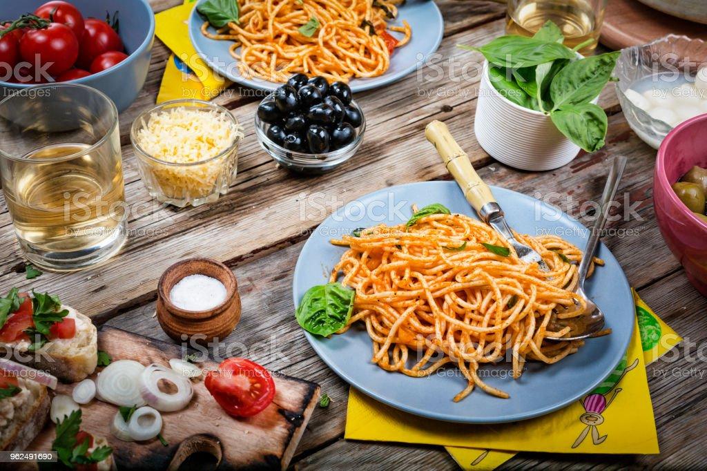 Italienische Spaghetti Mediterrane Kuche Der Gesunde Teller Sauce Mittagessen Abendessen Abendessen Bolognese Restaurant Hausgemachte Stockfoto Und Mehr Bilder Von Basilikum Istock