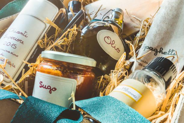 italienische spezialität-geschenkpaket - pasta deli stock-fotos und bilder