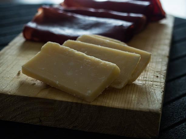 italiano antipasto, parmigiano reggiano e bresaola a fette - bresaola foto e immagini stock