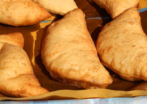 italienische gefüllte gebratenes Brot namens Panzerotti oder Pizza-Blätterteig mit – Foto