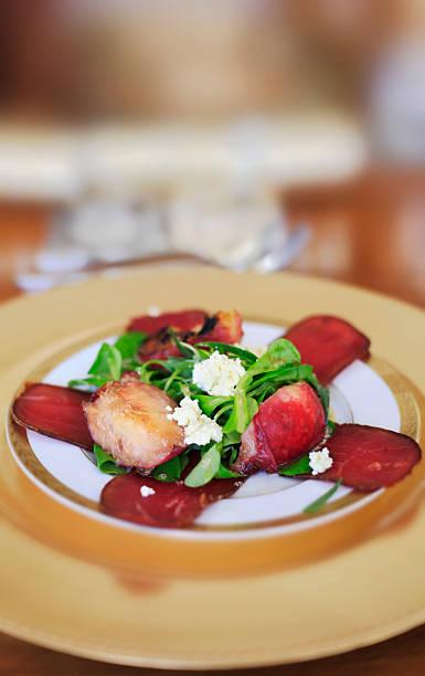 stile italiano con bresaola affumicato, insalata di pera alla griglia e fetta - bresaola foto e immagini stock