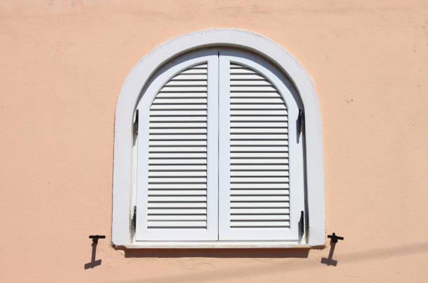 italian style window with closed shutters - com portada imagens e fotografias de stock