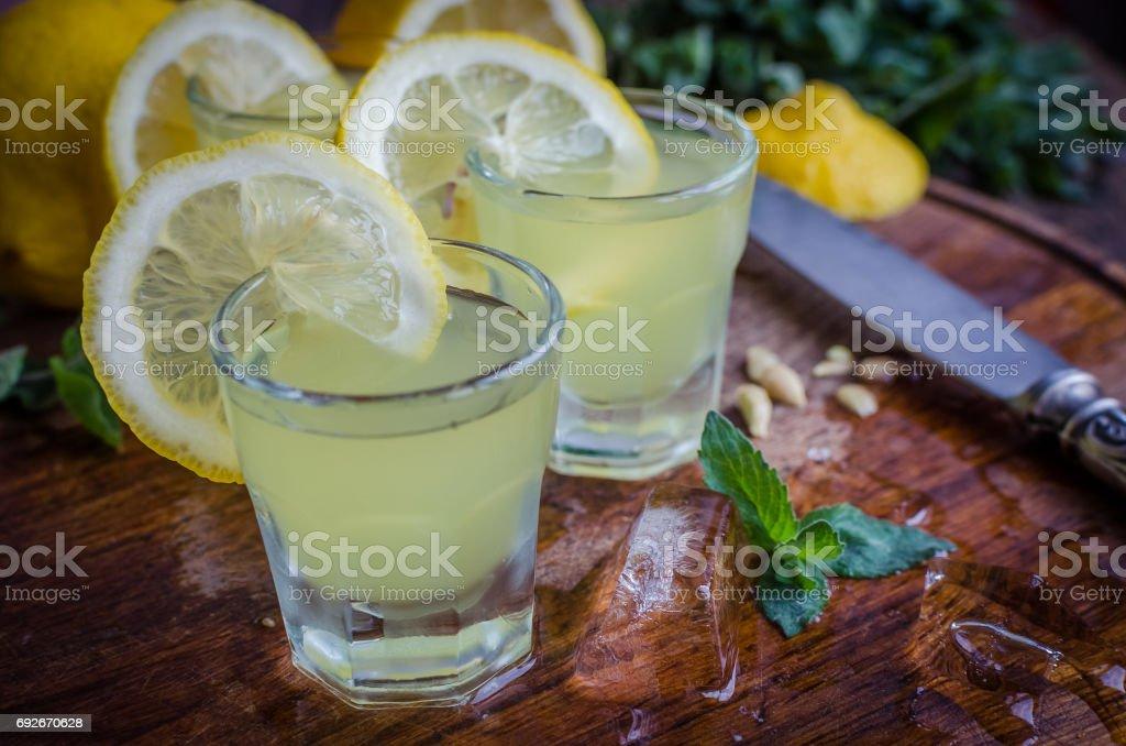 Traditionelle Italienische Likörs Limoncello Mit Zitrone Stock ...