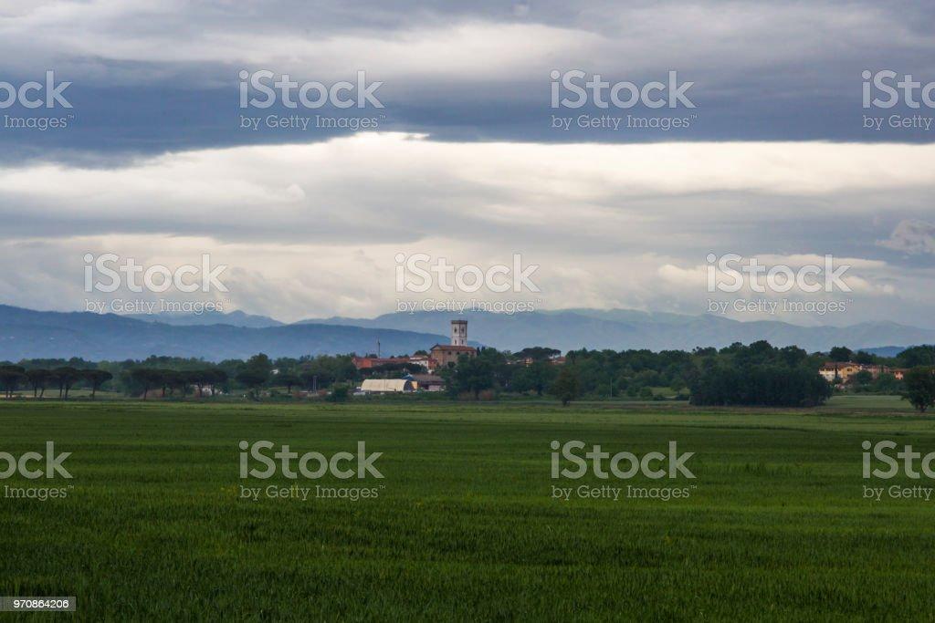 Italienisches Dorf in der Toskana mit Stadtmauern und Türme in der Nähe von Pisa – Foto