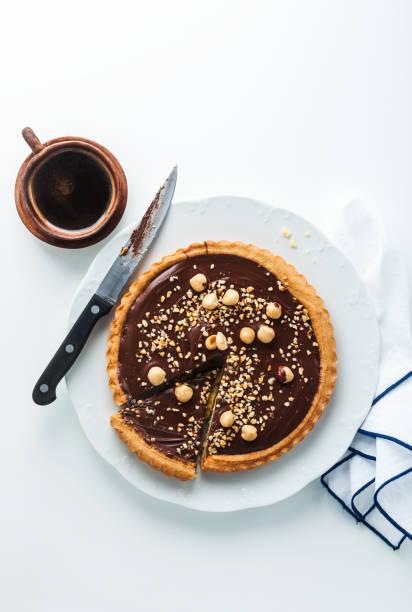 italienischer walnuss kuchen mit schokolade und haselnüssen crostata. und kaffee - crostata stock-fotos und bilder