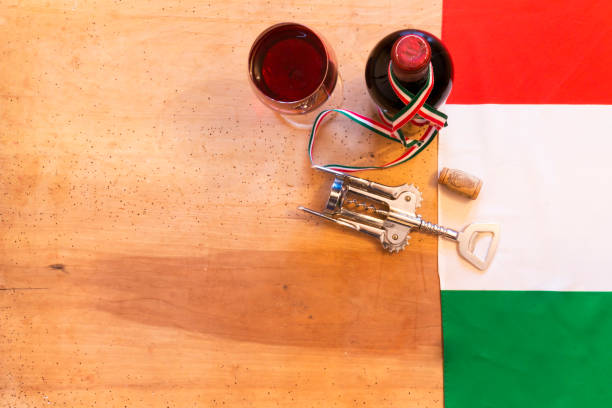 italienischer weinflaschen auf hölzernen hintergrund - weinkeller bauen stock-fotos und bilder