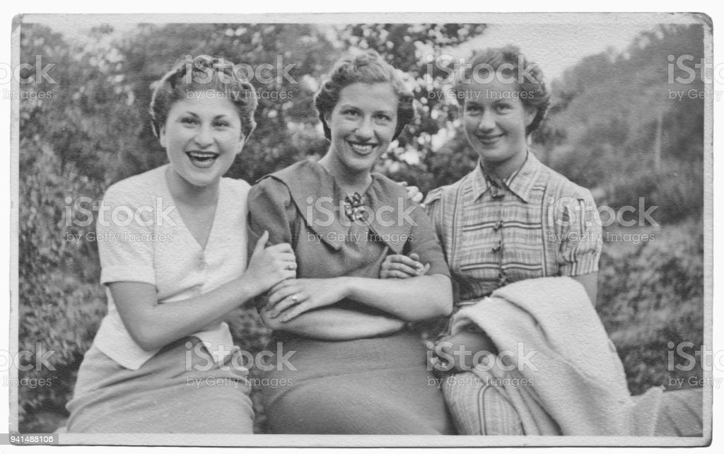 Italian women friends in 1934 foto stock royalty-free