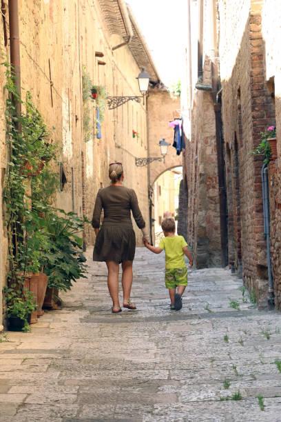 03.06.2017., Italien, Colle di Val d ' Elsa; Mutter und Sohn haben eine Spaziergang Throught mittelalterlichen italienischen Stadt – Foto
