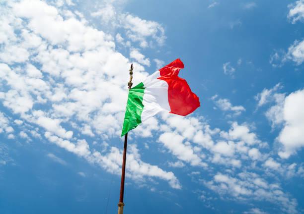 italy flag waving on a pole in a clear blue sky - memorial day zdjęcia i obrazy z banku zdjęć
