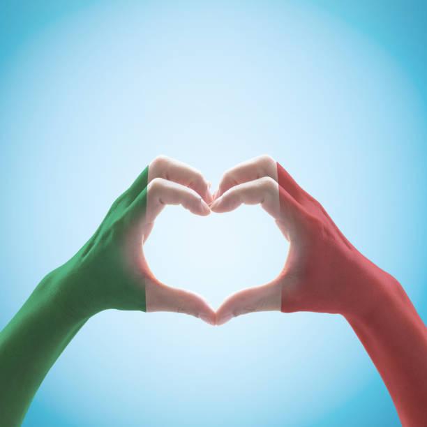 italien nationella flaggan mönster på handen hjärtform. - italy poster bildbanksfoton och bilder