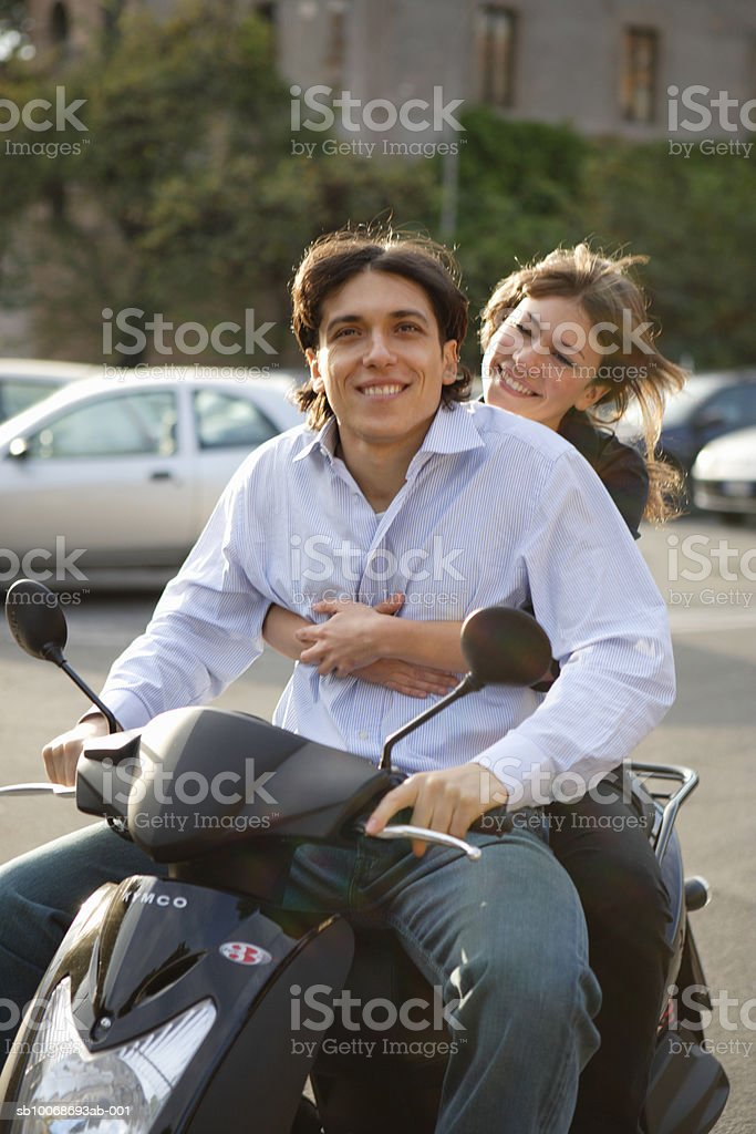 Italy, Rome, couple on motor scooter foto de stock libre de derechos