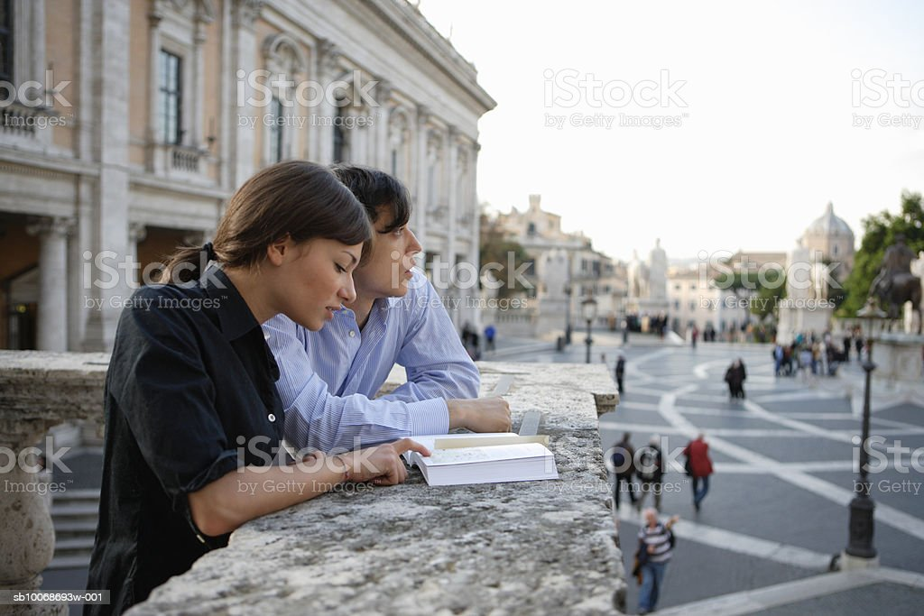 Italy, Rome, couple reading guidebook photo libre de droits