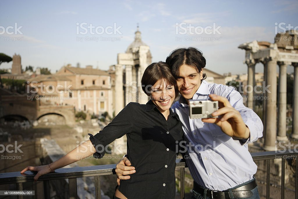 Italy, Rome, Foro Romano, couple taking photograph Lizenzfreies stock-foto