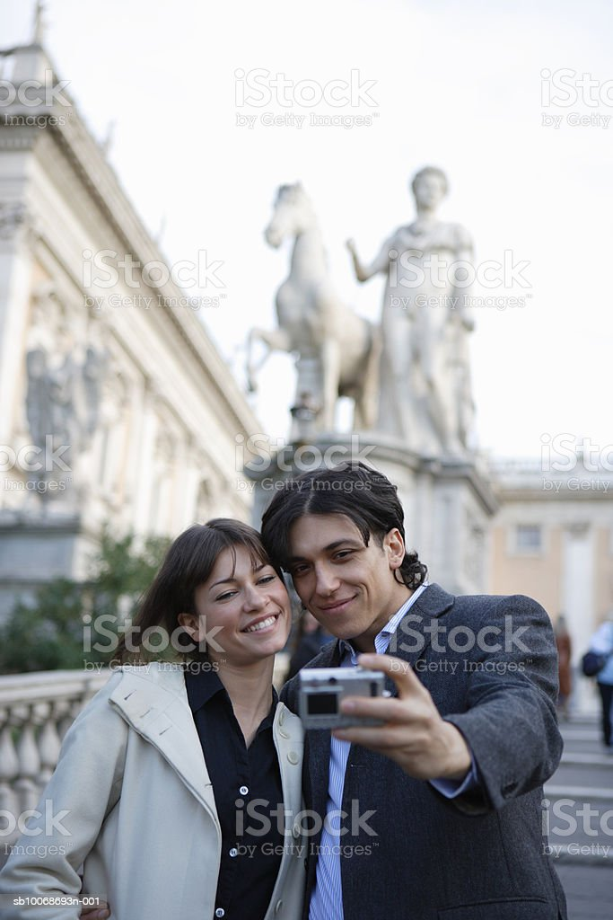 Italy, Rome, Piazza del Campidoglio, couple taking self-portrait photograph foto de stock royalty-free