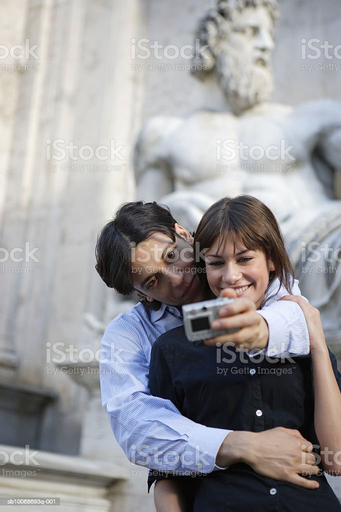 Italy, Rome, Piazza del Campidoglio, couple taking self-portrait photograph royalty free stockfoto