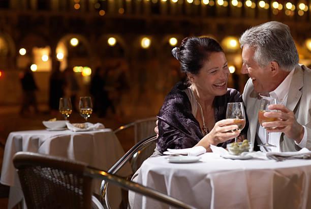 Italien, Venedig, Paar am Tisch im restaurant zu Abend, im Freien – Foto