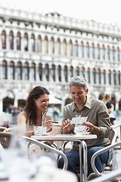 Italien, Venedig. paar Schreiben Postkarten im Café-Tisch im Freien – Foto