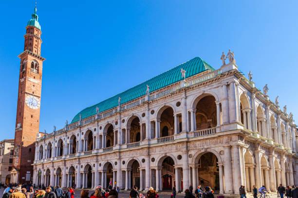 italien, vicenza - basilika palladiana und torre bissara auf der piazza dei signori - vicenza stock-fotos und bilder