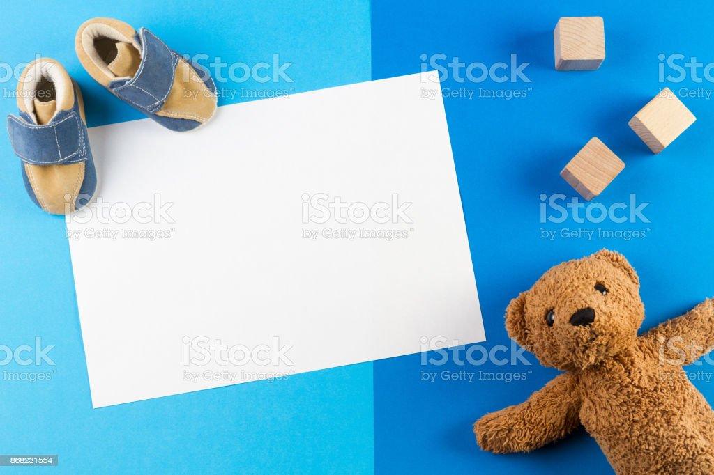 Seu menino, chá de bebê tema azul ou fundo de berçário com cartão em branco, teddy besr, blocos de madeira e sapatos de bebê - foto de acervo
