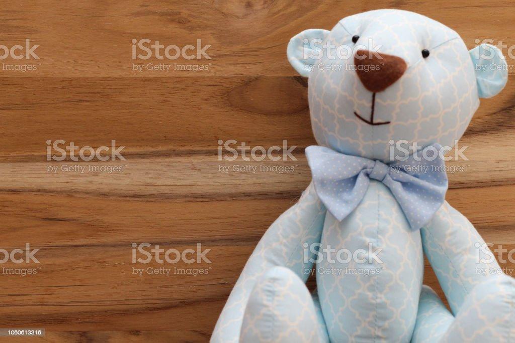 C'est un garçon! Cute ours bleu à la main sur un fond en bois - Photo
