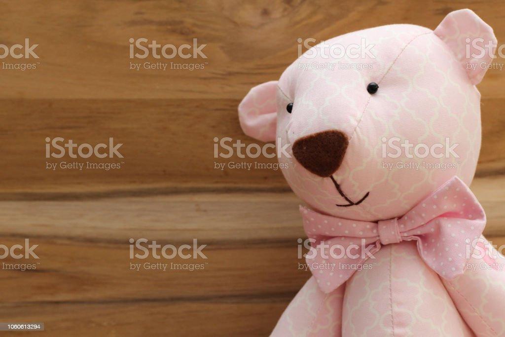 C'est une fille! Cute ours rose à la main sur un fond en bois - Photo