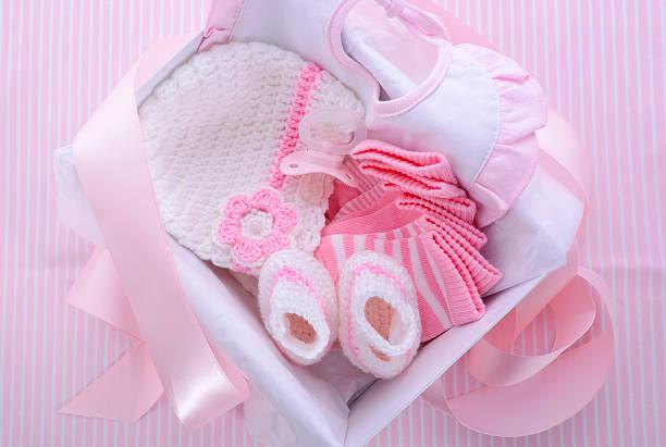 es ist ein mädchen rosa-baby-dusche thema geschenk - geschenk zur taufe stock-fotos und bilder