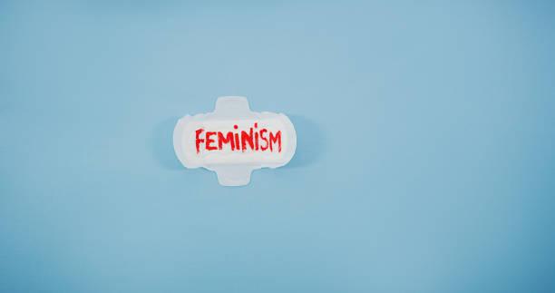 es ist ein zeichen der weiblichkeit - bindewörter stock-fotos und bilder