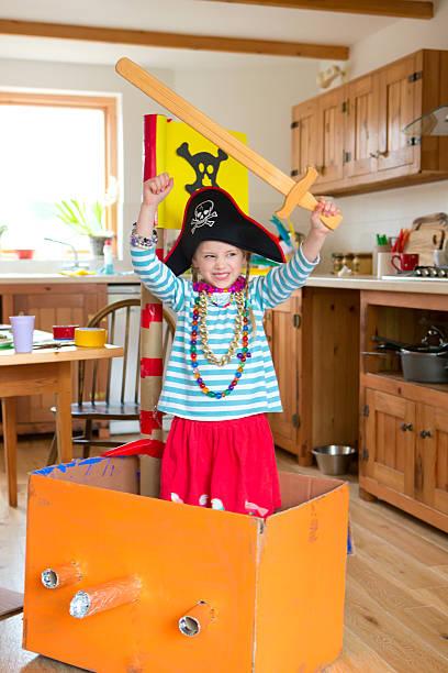 es ist für mich eine pirates leben - matrosin kostüm stock-fotos und bilder