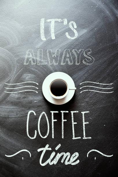 es ist immer kaffee-zeit  - kreidetafel zitate stock-fotos und bilder