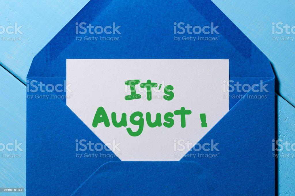 Es ist August Text Nachricht an blauen Umschlag – Foto
