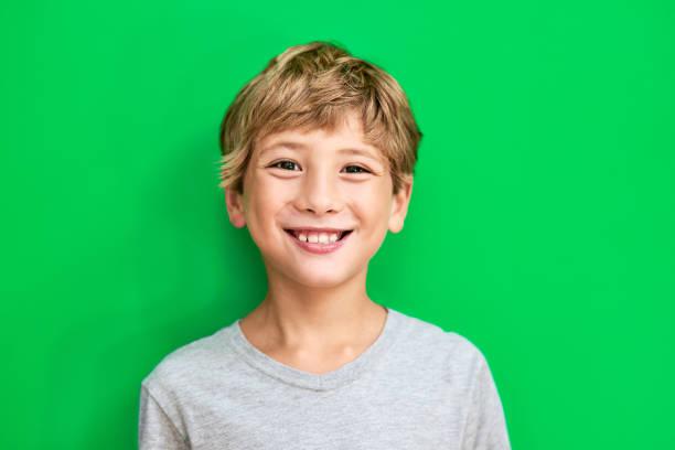 het is geweldig dat een kind - jongen stockfoto's en -beelden