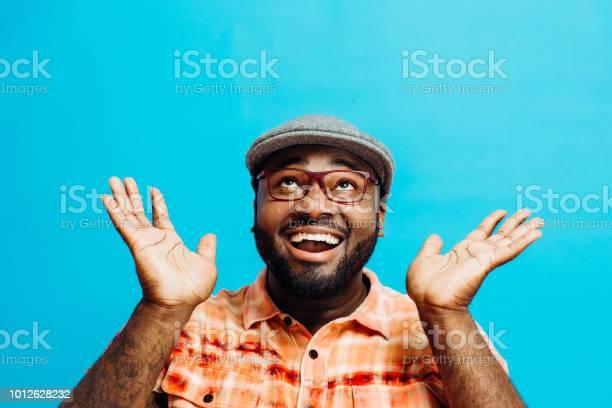 Het Is Ongelooflijk Portret Van Een Man Van Het Blij En Opgewonden Opzoeken Stockfoto en meer beelden van Alleen mannen