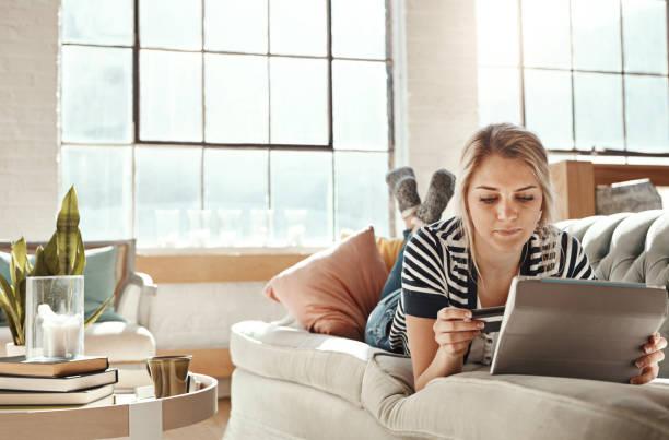 es ist wie ein einkaufszentrum in der handfläche von ihrer hand - sofa online kaufen stock-fotos und bilder
