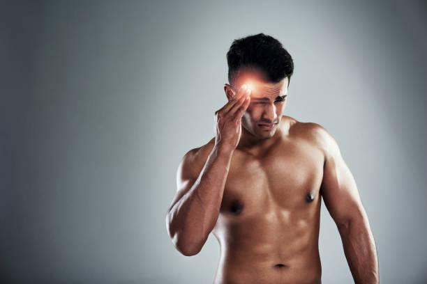 es ist nicht leicht zu trainieren mit kopfschmerzen - mit muskelkater trainieren stock-fotos und bilder