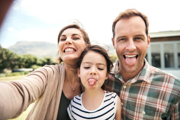 it's obvious that they are family! - mãe criança brincar relva efeito de refração de luz imagens e fotografias de stock