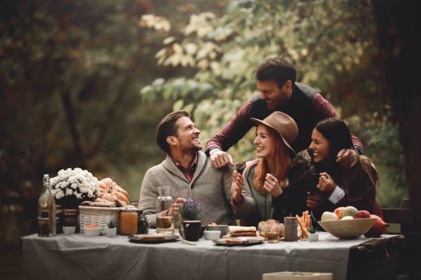 es la hora de la comida campestre - couple lunch outdoors fotografías e imágenes de stock