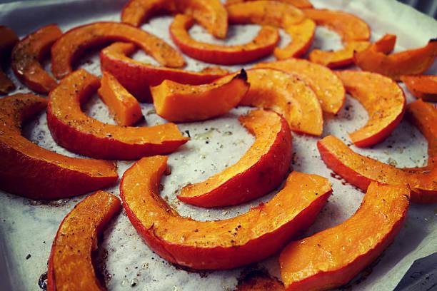 it's pumpkin zeit! - hokkaido kürbis zubereiten stock-fotos und bilder
