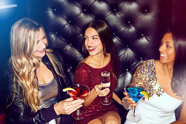 es ist die perfekte nacht für damen-nacht - club sofa stock-fotos und bilder