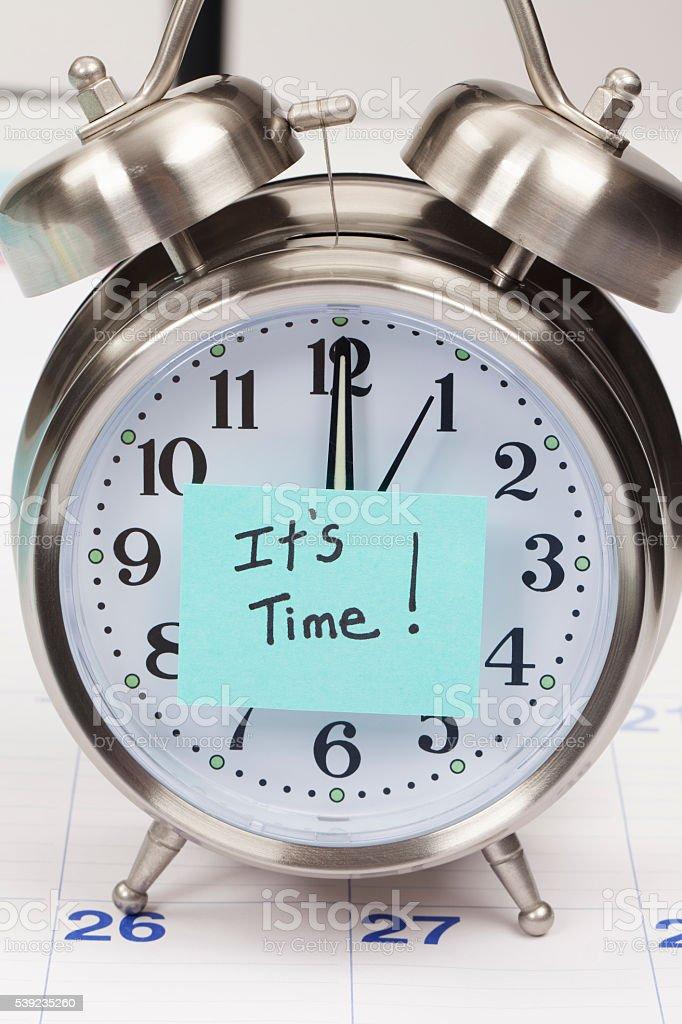 Es hora de recordatorio sobre reloj despertador foto de stock libre de derechos