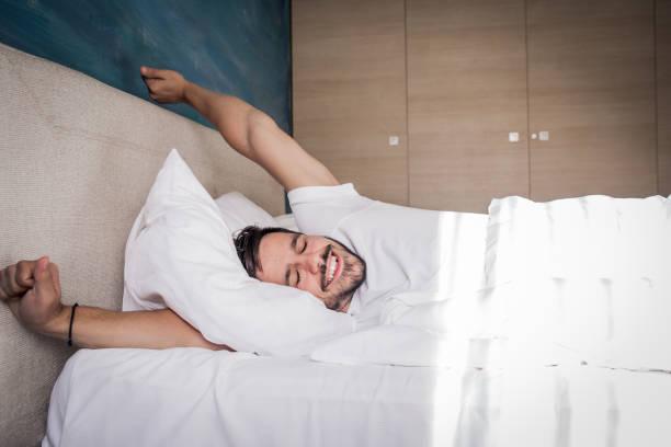 es hora de despertar - man sleeping fotografías e imágenes de stock