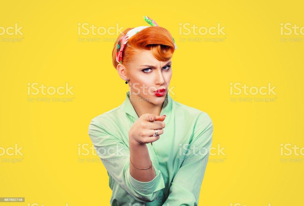 É você! Pino irritado zangado de retrato mulher estilo retro, ficando louca de dedo apontando para você câmera mostrando o gesto com a mão isso é você, seu escolhido, isolado no fundo da parede amarela.  Emoções negativas - foto de acervo