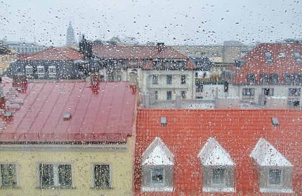 сity durch den regen fenster - münchen weather stock-fotos und bilder