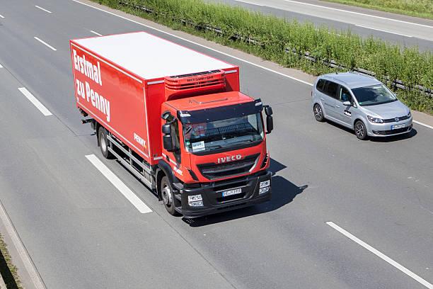 iveco lkw auf deutsche autobahn - rewe germany stock-fotos und bilder