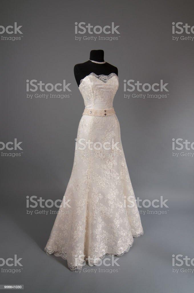 41c5db3f1 Foto de Vestido De Noiva Marfim Em Um Manequim e mais fotos de stock ...